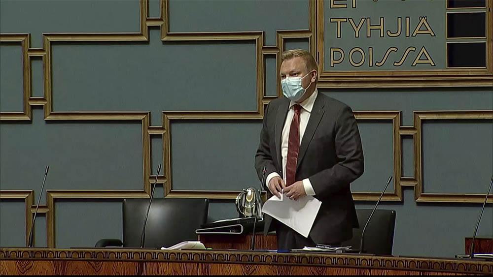 Tiede- ja kulttuuriministeri Antti Kurvinen eduskunnassa 3.5.2021 vastaamassa kysymyksiin kansalaisaloitteesta pyskoterapiakoulutuksen muuttaamisesta maksuttomaksi